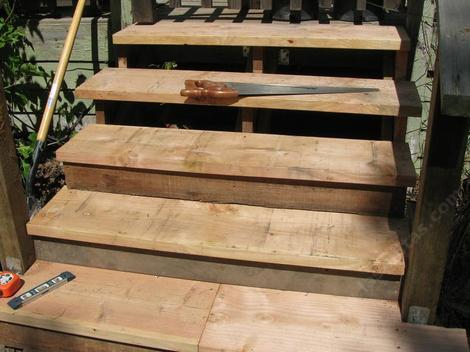 The little board under the steps adds a great deal of strength to the steps - grid24_12